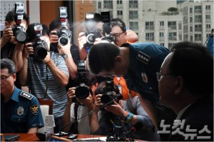 이철성 경찰청장이 13일 오후 서울 서대문구 경찰청에서 열린 경찰 지휘부 화상회의에 참석해 SNS글 삭제논란과 관련해 고개숙여 사과하고 있다. (사진=황진환기자)
