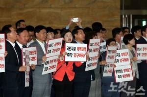 4일 오전 국회 로텐더홀에서 자유한국당 의원들이 MBC사장 체포영장 발부 등에 항의하며 피켓을 들고 시위를 펼치고 있다. (사진=윤창원 기자)