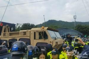 사드 발사대 4기가 성주 소성리 마을회관앞으로 지나고 있다. (사진=류연정 기자)