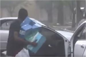 허리케인 어마 피해지역에서 발생한 약탈 장면을 담은 영상. (Adrian Dsouza/ Youtube 영상 캡쳐)