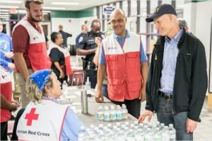 릭 스콧 플로리다 주지사가 피해지역 구호에 나선 적십자사 회원들과 이야기하고 있다. (릭 스콧 주지사 트위터 / Rick Scott Twitter)