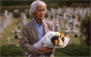 국립묘지에 안장된 현순 목사와 마리아 현 묘지 앞에 선 피터 현 ⓒ Douglas Hyun. (사진=남산예술센터 제공)