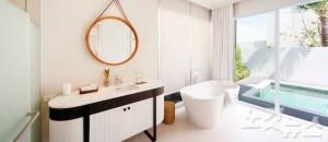 화이트톤으로 깔끔하게 꾸며진 센시마 리조트 풀빌라 욕실.  (사진=허니문리조트 제공)