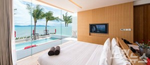 침실 너머 보풋 비치의 광활한 바다를 감상할 수 있는 셀레스 리조트 풀빌라 객실.  (사진=허니문리조트 제공)