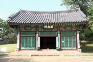 1706년 숙종이 사액한 현판은 박 전 대통령의 친필현판에 밀려 인적이 드문 모퉁이에 전시됐다. (사진=김세준 기자)