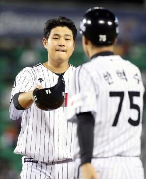 '되갚았다' LG 김재율이 13일 롯데와 홈 경기에서 3회 상대 고의 4구로 맞은 1사 만루에서 2타점 적시타를 때려낸 뒤 한혁수 코치의 격려를 받고 있다.(잠실=LG)