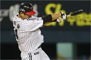 '내 앞에서 거르다니...' LG 김재율이 13일 롯데와 홈 경기에서 3회 1사 만루에서 상대 에이스 박세웅으로부터 2타점 쐐기 적시타를 날리고 있다.(잠실=LG)
