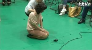장애인 아이를 둔 한 어머니는 특수학교 설립을 반대하는 지역주민들에게 무릎까지 꿇었다. (사진 = 노컷V 캡처)