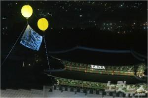 지난 3월25일 오후 서울 광화문광장에서 열린 21차 촛불집회 무대 뒤로 세월호 실제 모습이 담긴 대형 현수막과 노란 애드벌룬이 떠오르고 있다. 황진환기자