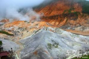 노보리베츠의 상징인 지옥 계곡은 약 1만 년 전 가사야마산이 폭발하면서 형성된 분화구다. (사진=자유투어 제공)