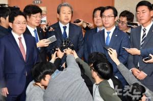 바른정당 김무성 의원(좌측) 등 통합파 의원이 6일 오전 국회에서 탈당 기자회견을 마치고 취재진의 질문을 받고 있다. (사진=윤창원 기자)