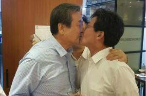 김무성 의원과 유승민 의원이 뽀뽀하고 있는 모습 (사진=바른정당 제공)