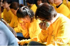 세월호 참사 피해자 가족들이 세월호 참사 당시 영상을 보며 눈물 흘리고 있다. (사진=황진환 기자/자료사진)