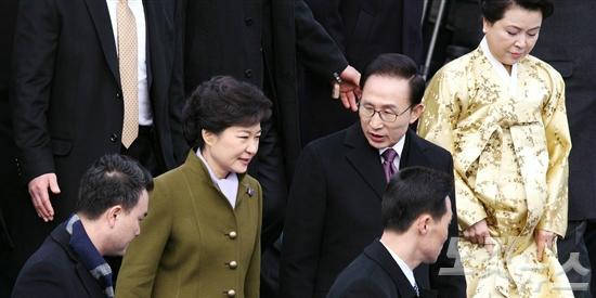 """[조간 브리핑] """"박정희 vs 전태일 동상…우리 역사의 명암, 아직 진행중"""""""