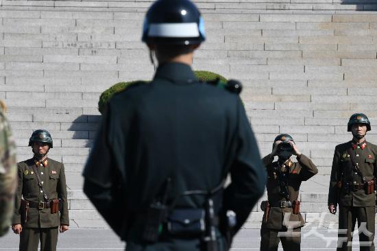 영화 같았던 북한군 귀순…지프 몰고 탈출하다 무차별 총상
