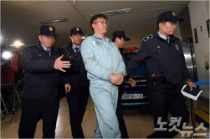 청와대 대외비 문건 유출 혐의로 구속기소된 정호성 전 청와대 비서관이 지난해 12월 25일 오후 서울 대치동 특검 사무실에 소환되고 있다. 황진환기자