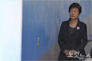 박근혜 전 대통령이 지난달 10일 오전 서울 서초구 서울중앙지방법원에서 열린 '국정농단 사건 78차' 공판에 출석하고 있다. 박종민기자