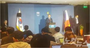아세안(ASEAN·동남아국가연합) 관련 정상회의 참석 등 7박8일간 동남아 순방 일정을 소화한 문재인 대통령이 14일(현지시간) 순방 기자단이 머무른 기자실에서 긴급 기자간담회를 진행하고 있다. (사진=김수영 기자)