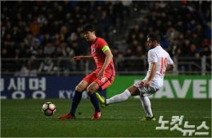 기성용은 내년 3월까지 대표팀에 소집될 수 없는 자신을 포함한 유럽파가 소속팀에 돌아가 꾸준한 경기력을 유지해야 한다고 강조했다. 이한형기자