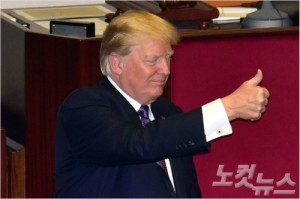 도널드 트럼프 미국 대통령이 8일 오전 국회 본회의장에서 연설을 마치고 엄지손가락을 들어보이고 있다. 윤창원기자
