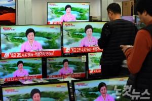 북한이 새로 개발한 탄도미사일(ICBM) '화성 15형' 발사에 성공했다고 밝힌 29일 오후 서울 용산 전자상가에서 한 시민이 관련 뉴스를 시청하고 있다. (사진=황진환 기자)