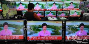 북한이 새로 개발한 탄도미사일(ICBM) '화성 15형' 발사에 성공했다고 밝힌 지난 29일 오후 서울 용산 전자상가에서 한 시민이 관련 뉴스를 시청하고 있다. (사진=황진환 기자/자료사진)