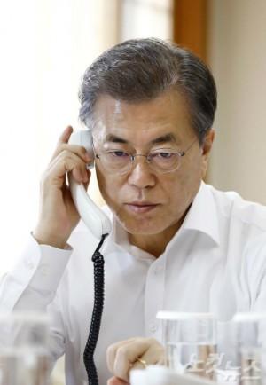 북한이 발사한 ICBM급 화성 15형과 관련해 도널드 트럼프 미국 대통령과 전화 통화 하는 문재인 대통령 (사진=청와대 제공/자료사진)