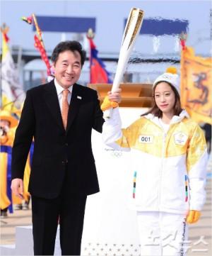 2018 평창 동계올림픽의 성화가 이미 한국의 곳곳을 누비는 가운데 러시아의 출전을 금지하는 국제올림픽위원회의 징계가 다소 늦은 감이 있다는 아쉬움도 나온다. 이한형기자