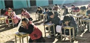 석탄 난방을 하지 못해 엄동설한 운동장 햇볕에서 수업받는 중국 학생들 (사진=홍콩 명보(明報) 홈페이지 캡쳐)