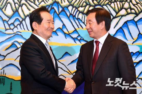 자유한국당 김성태 신임 원내대표와 악수하는 정세균 국회의장