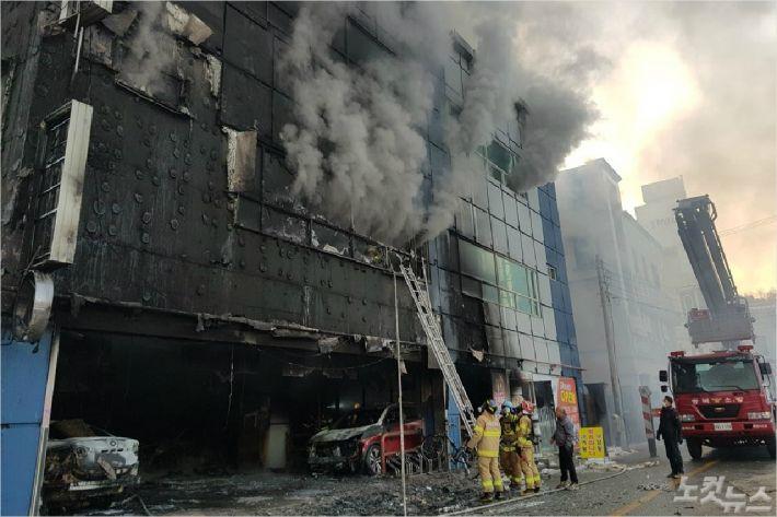 제천 참사 건물 관리과장 '업무상 실화' 혐의 구속
