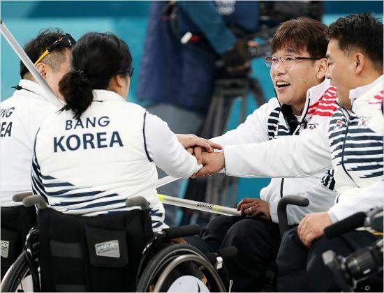 휠체어 컬링의 감출 수 없던 눈물, 메달은 중요하지 않았다