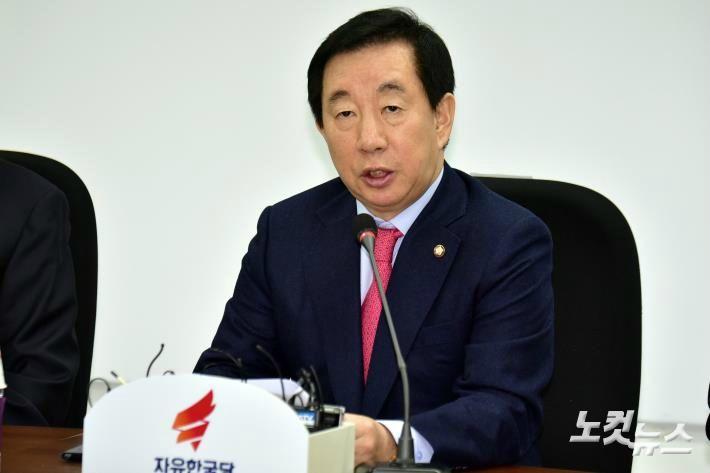 """한국당 '朴 불쌍' 논평 취소…김성태 """"침실 있었던 하나로 문제"""""""