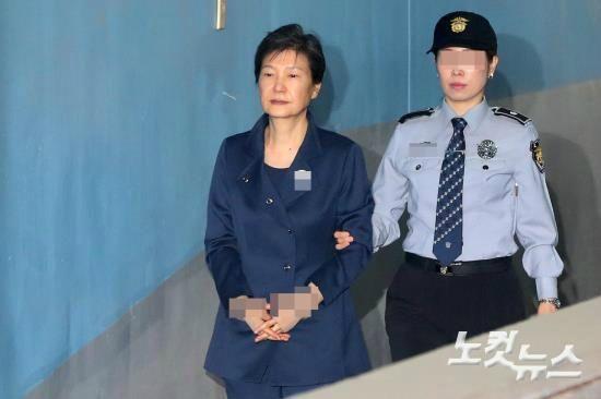 """법원 """"국정농단 되풀이 안돼""""…박근혜 징역 24년 선고 (종합)"""
