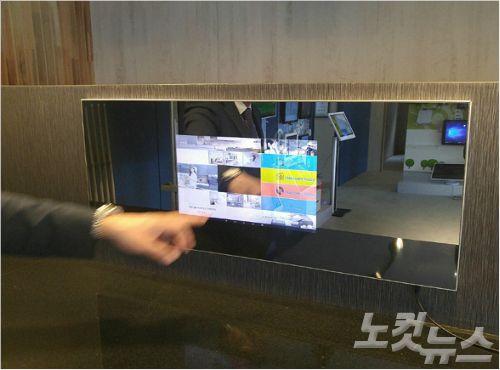 코리아정보통신이 제작한 거울로 변하는 가구용 컴퓨터 모니터 (사진 = 강동수 기자)