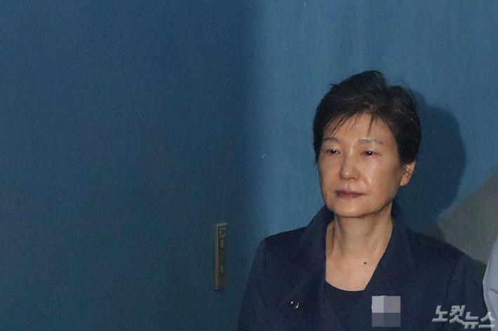 """朴, 국정농단 민사소송서 """"헌법에 근거한 권력행위"""" 주장"""