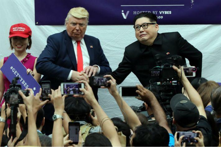 '가짜' 북미 정상, 회담 흉내내며 악수로 '기싸움'