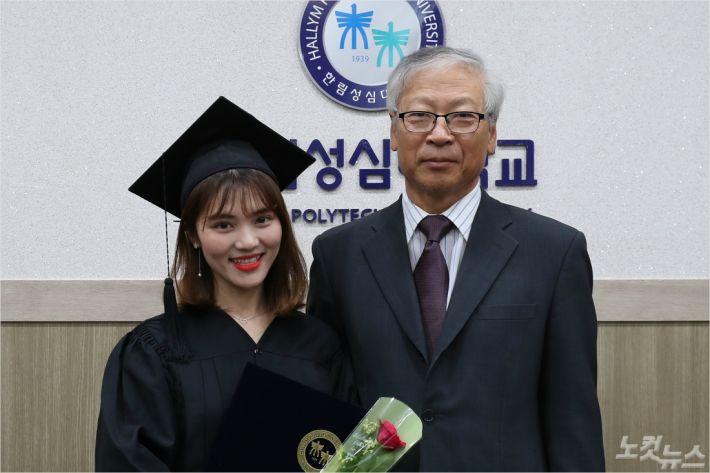 22일 한림성심대 하계졸업식에서 전문학사 학위를 받은 베트남 유학생 호앙 넙하 씨가 우형식 총장과 졸업 기념사진을 촬영하고 있다.(사진=한림성심대 제공)