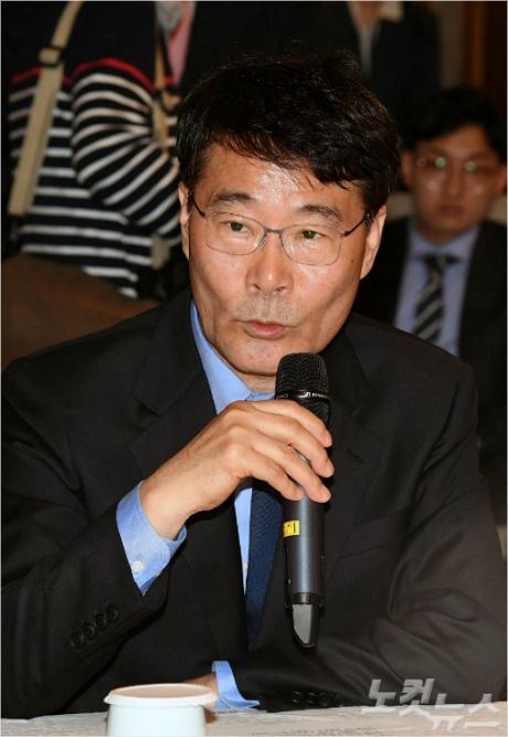 """장하성, 소득주도성장 폐기론 정면 반박…靑 """"정직해져라"""""""