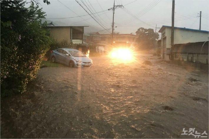 29일 시간당 113.5mm 비가 쏟아진 강원 철원 동송읍 주택가 도로가 폭우에 잠겼다.(사진=강원도 제공)