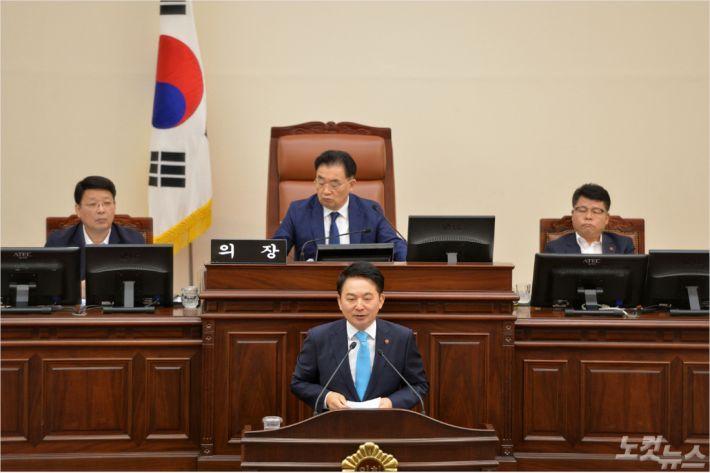 원희룡 제주지사가 4일 제364회 도의회 정례회에서 도정질문에 답하고 있다.