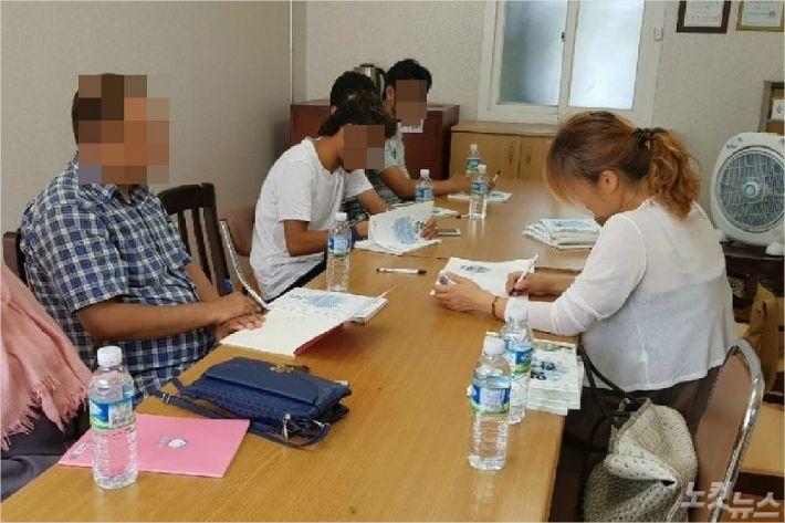 예멘인들이 한국어 수업을 받고 있다. <사진=고상현 기자>