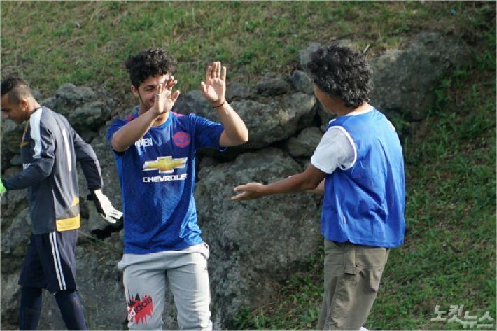 지난달 31일 제주 새마을금고 연수원 축구운동장에서 예멘인이 골을 넣고 도민과 하이파이브를 하고 있다. <사진=고상현 기자>
