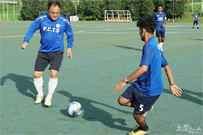 제주도민 구모(42)씨가 예멘청년들과 축구를 하고 있다. <사진=고상현 기자>