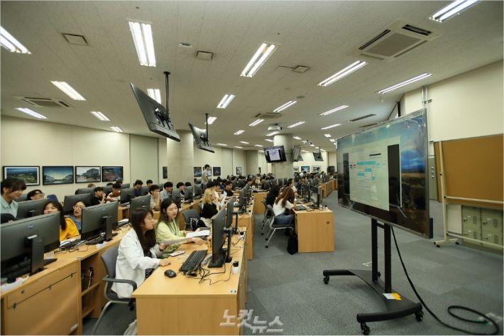 UNIST 학술정보관 1층에 마련된 AI Lab에서 학생들이 인공지능 프로그래밍 수업을 듣고 있다.(사진 = UNIST 제공)