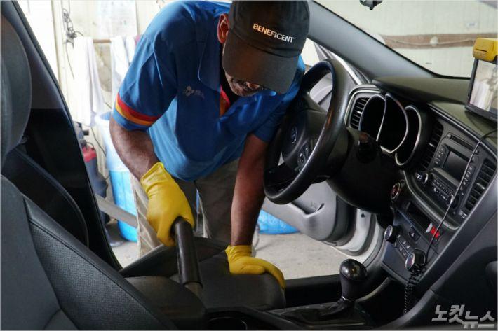 예멘인 무함마드(49)가 렌터카 차량을 청소하고 있다. <사진=고상현 기자>