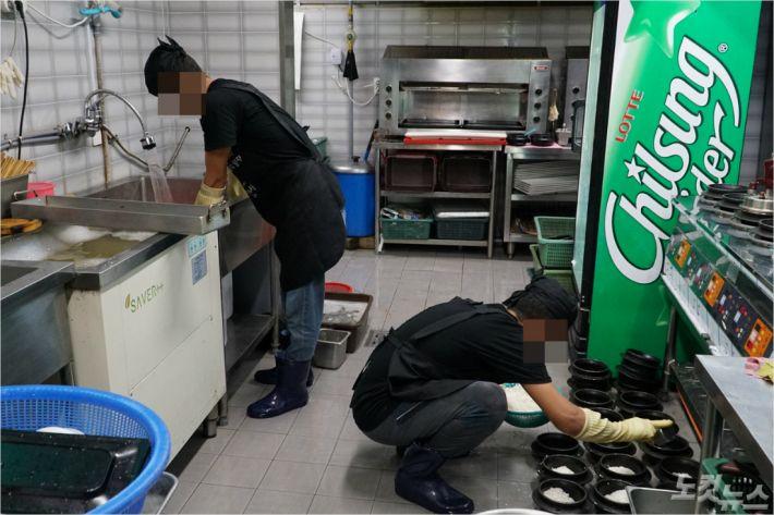 서귀포시내 한 식당 주방에서 일하고 있는 예멘인들. <사진=고상현 기자>