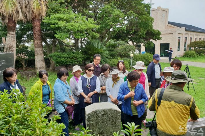 제주기독교순례길 해설사 양성 교육이 지난 6일과 7일 이틀동안 진행됐다. 4코스 대정교회내 이도종목사 순교 기념비를 보는 참가자들.