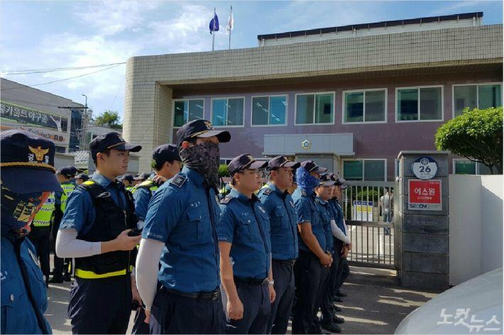 경찰이 여수시법원 입구에 대기하고 있다(사진=독자제공)