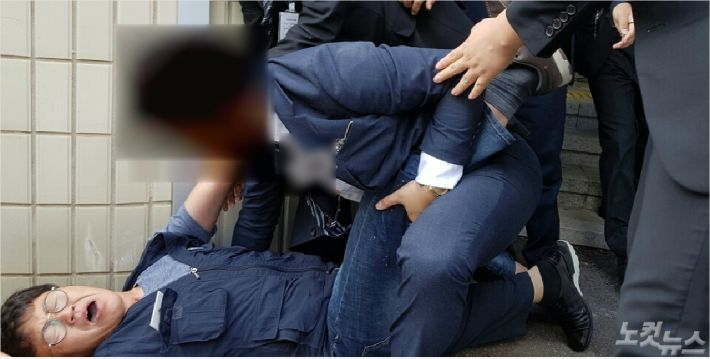 노동계 측이 면담 요청을 위해 진입을 시도하다가 여수시법원 청사 내에서 쓰러져 있다(사진=독자제공)